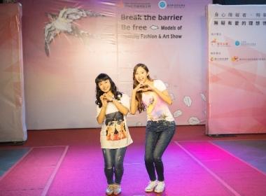 萬芳啟能中心的宜芳(左)與CGM志工一起開心展現自信。(記者謝璿攝)