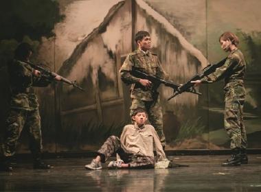 석이 통역 군인을 저항하여 자신의 목숨을 걸고 베트남 공산당 스파이를 보호하면서 스파이를 살려달라고 부탁했다. 사진 / 빛속의 욕조 Bath-in-light 연극단