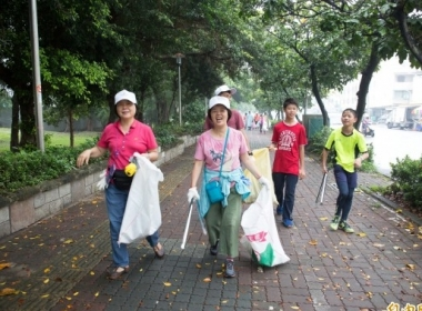 More than 300 volunteers joined the cleanup event at Qijin District