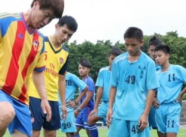 김성준 한국인 축구코치가 메이룬 중학교에서 축구 기술을 가르치다.